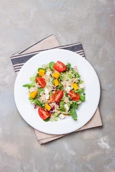 Salade sur une assiette blanche