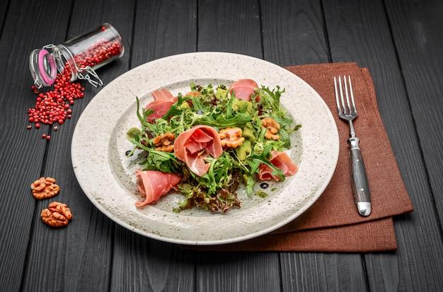 Salade au jambon de parme, tomates et roquette
