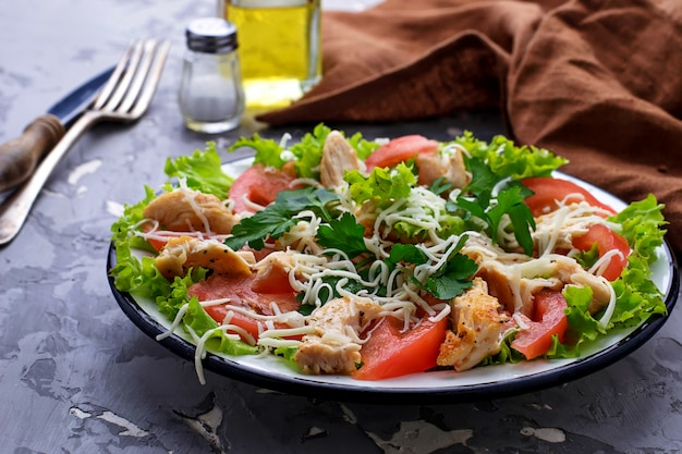 Salade au poulet, tomate et fromage