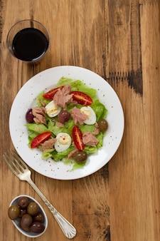 Salade au thon sur assiette
