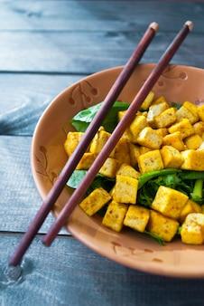 Salade au tofu frit et aux épinards