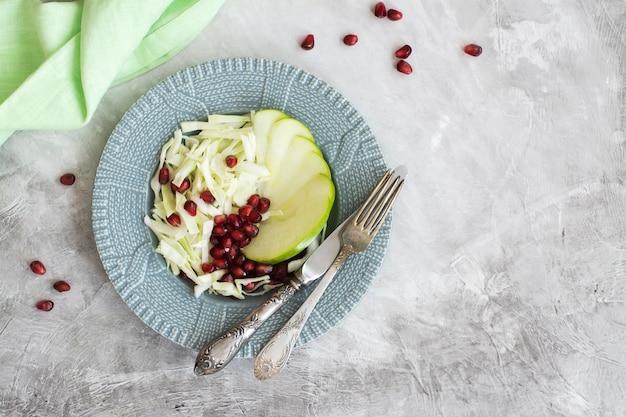 Salade d'automne ou d'hiver en bonne santé. mise au point sélective