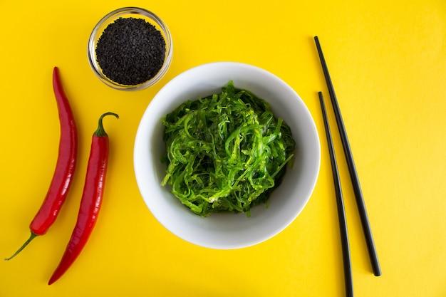 Salade aux algues et sésame dans l'assiette blanche.vue de dessus.