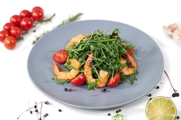 Salade aux arugulatomates fraiches cerises et crevettes juteuses