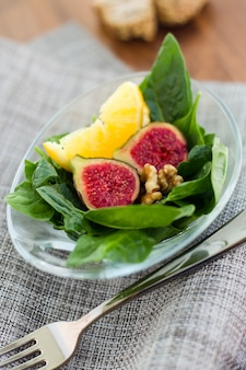 Salade aux figues, aux noix et à l'orange.
