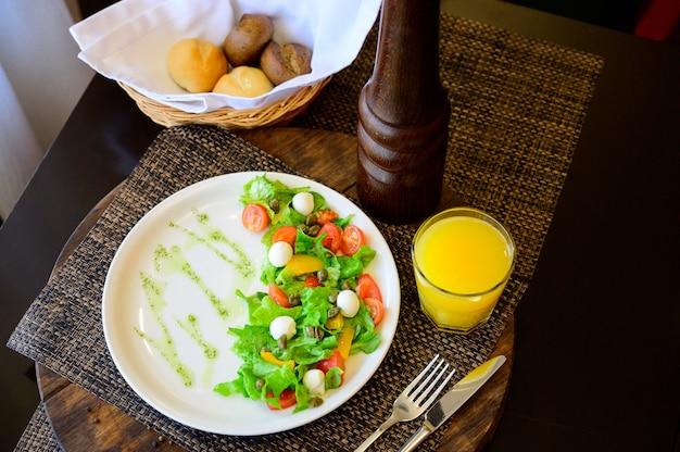 Salade aux oeufs de caille avec laitue et tomates sur une assiette