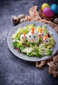 Salade aux oeufs en forme de poulets. nourriture de fête.