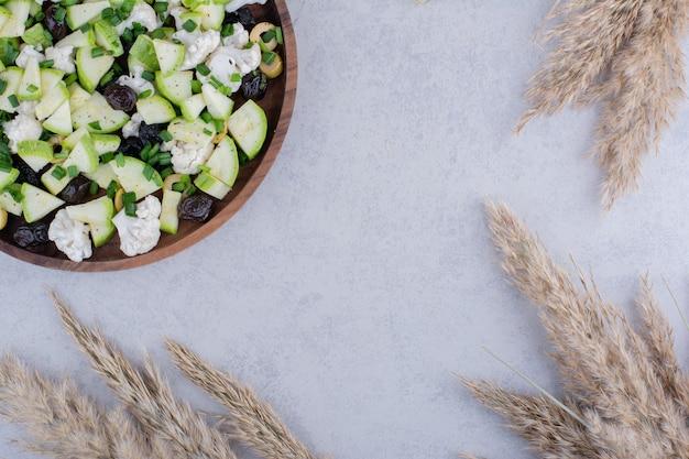 Salade aux olives noires, herbes et légumes