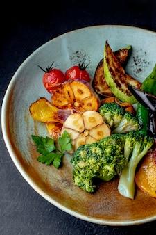 Salade aux poivrons grillés tomates aubergines et brocoli