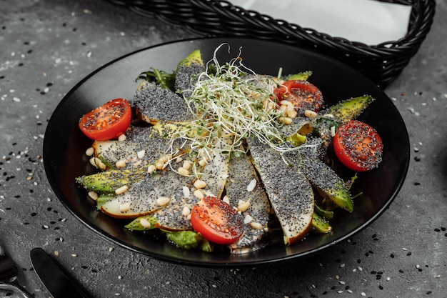 Salade d'avocat aux graines de pavot et poire. salade diététique fraîche. petit-déjeuner sain