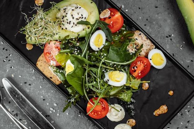 Salade d'avocats et tomates cerises. petit déjeuner diététique. nourriture saine.