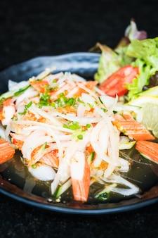 Salade de bâtonnets de crabe épicée