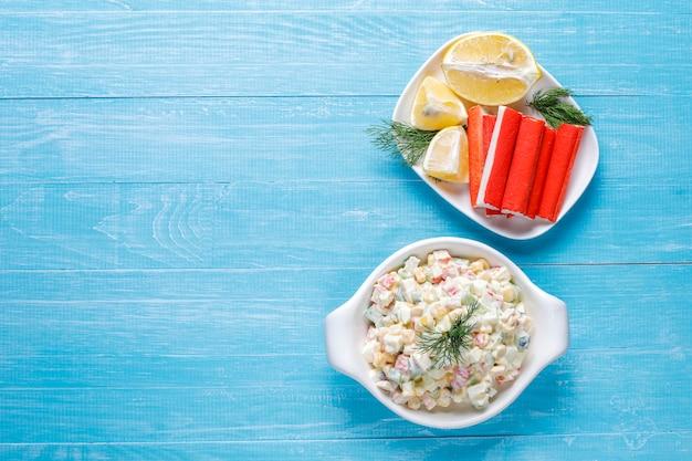 Salade de bâtonnets de crabe, œufs, maïs et concombre.