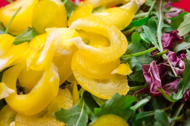 Salade avec beaucoup de tranche de paprika au poivre