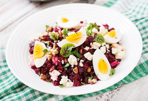 Salade de betteraves au four, fromage feta, œufs et noix