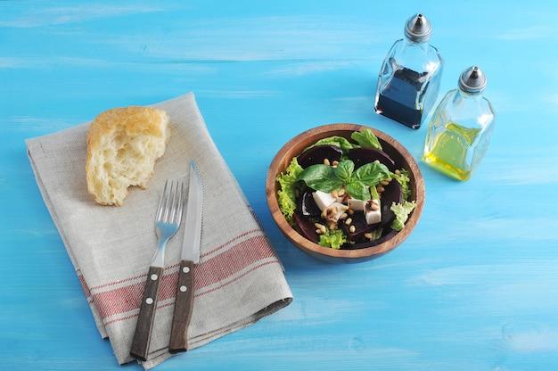 Salade de betteraves, feta, pignons de pin dans un plateau en bois