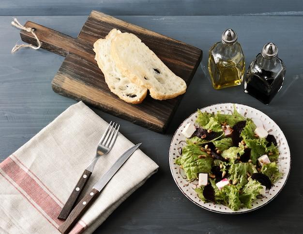 Salade de betteraves, laitue, fromage feta, pignons de pin grillés et vinaigre balsamique