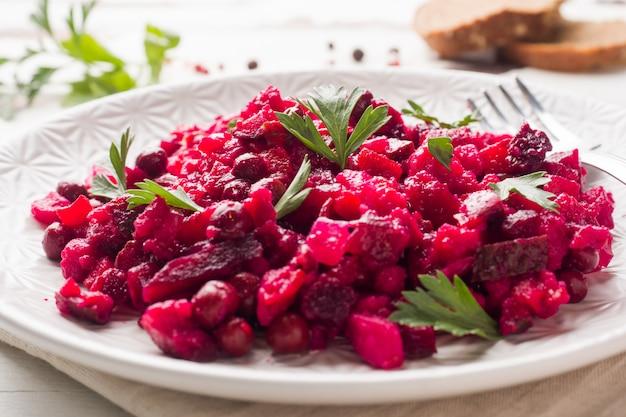 Salade de betteraves maison fraîche vinaigrette dans un bol blanc. cuisine russe traditionnelle.