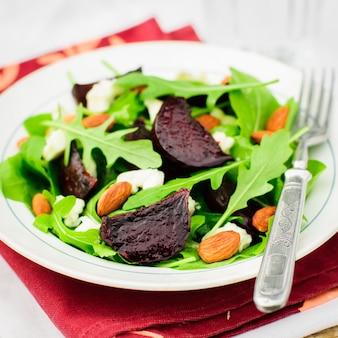 Salade de betteraves rôties, amandes, feta et roquettes