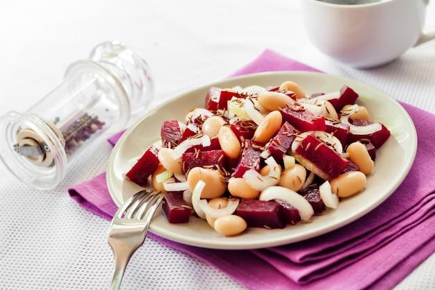 Salade de betteraves rouges aux cornichons de haricots blancs et oignons