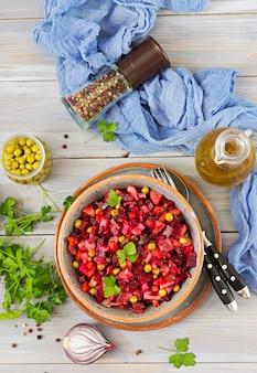 Salade de betteraves - vinaigrette. cuisine végétalienne. menu diététique. vue de dessus.