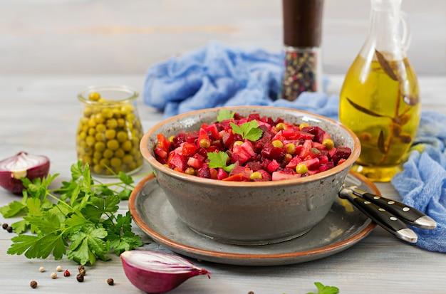 Salade de betteraves - vinaigrette. cuisine végétalienne. menu diététique.