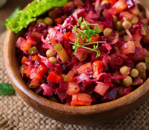Salade de betteraves vinaigrette dans un bol en bois
