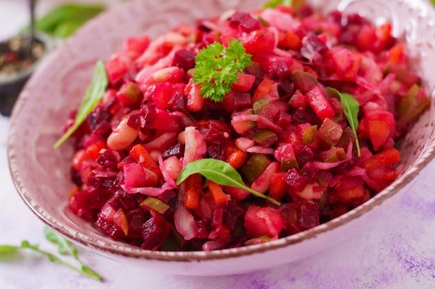 Salade de betteraves vinaigrette dans un bol rose