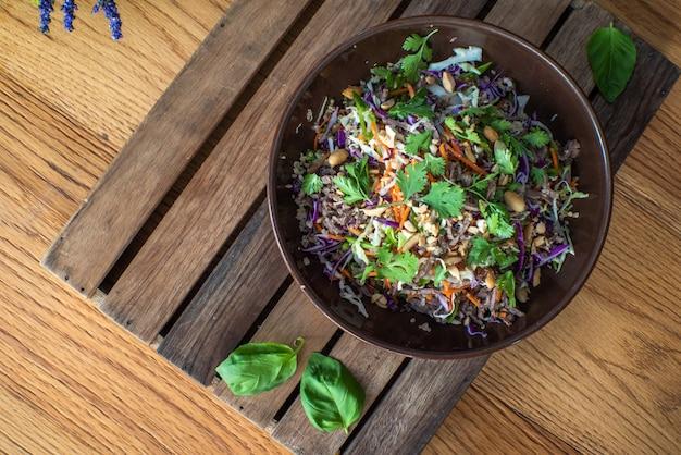 Salade de boeuf asiatique aux légumes et noix dans un bol blanc