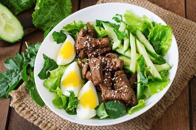 Salade de boeuf épicé, concombre et œufs à la asiatique.