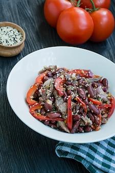 Salade de boeuf et haricots, poivron. salade