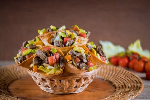 Salade de bœuf saine dans des cornets de tortilla au panier