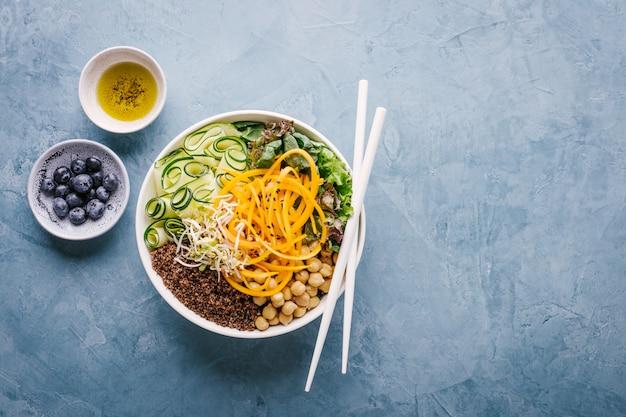 Salade de bol bouddha avec des légumes frais