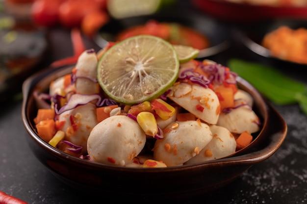 Salade de boulettes de viande épicée avec chili, citron, ail et tomate.