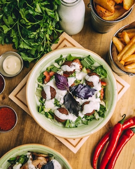Salade de boulettes de viande garnie de sauce au yaourt