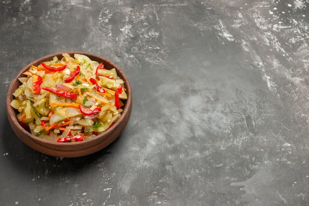 Salade brun bol de salade de légumes sur la table