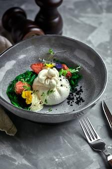 Salade burrata aux fraises et algues