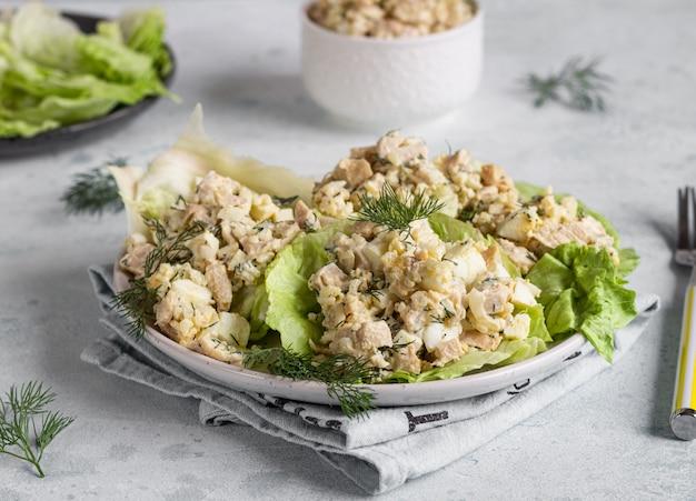 Salade de calmars avec riz, œuf, oignon et aneth