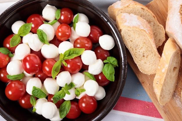 Salade caprese avec du pain