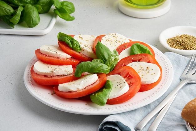 Salade caprese italienne appétissante apéritif rustique classique sain frais méditerranéen