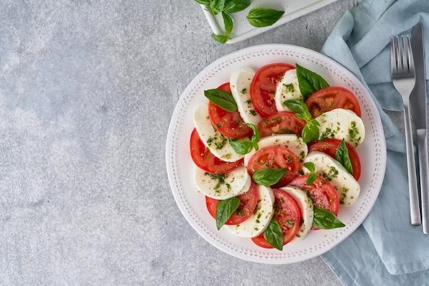 Salade caprese italienne traditionnelle avec des tomates mozarella huile de basilic vue de dessus espace de copie