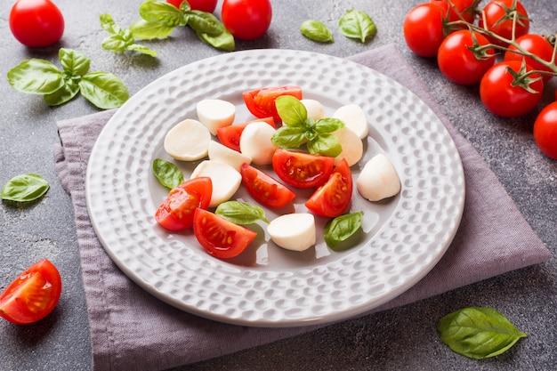 Salade caprese de tomates, fromage mozzarella et basilic. cuisine italienne.