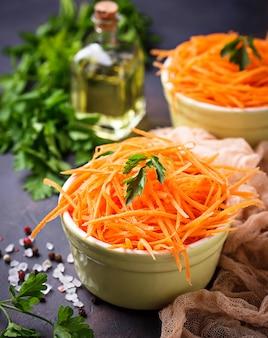 Salade de carottes fraîches dans des bols