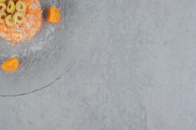Salade de carottes hachées aux olives vertes marinées