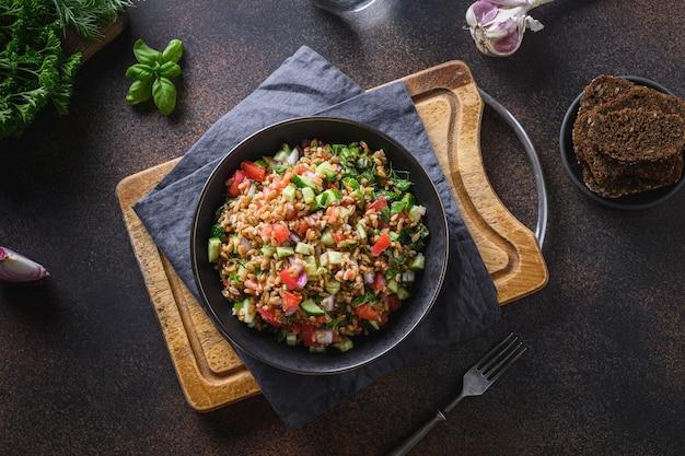 Salade de céréales d'épeautre aux légumes, tomate, concombre, légumes verts