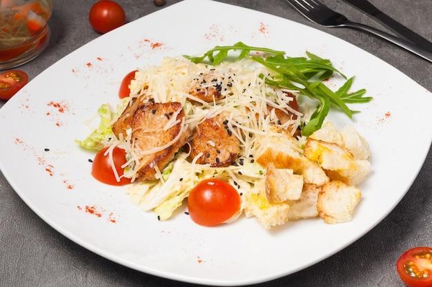 Salade césar sur une assiette blanche. fermer