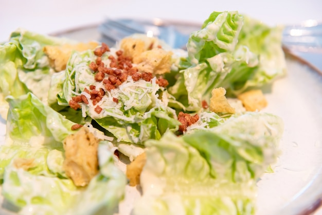 Salade césar sur une assiette