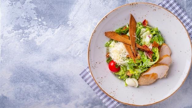 Salade césar au poulet. copier l'espace, vue de dessus