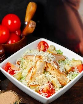 Salade césar au poulet dans l'assiette
