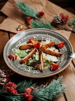 Salade césar au poulet sur la table ____